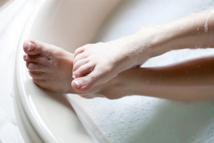 Kozzi-bathing-females-feet-441 X 294
